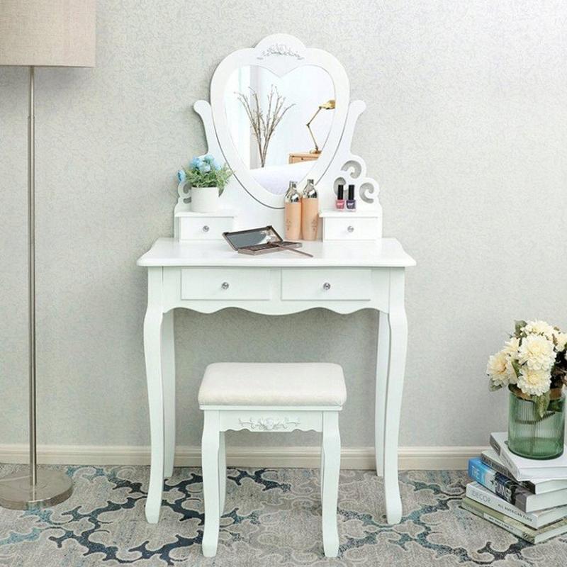 Kosmetický stolek bílé barvy s motivem srdce