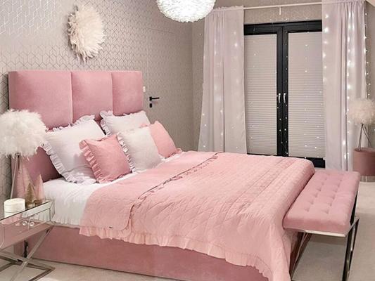Růžový přehoz na postel