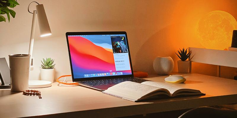 osvětlený pracovní stůl