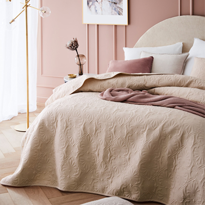 Béžový prehoz na posteľ
